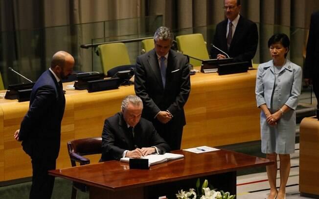 Michel Temer foi o primeiro a assinar o texto contra armas nucleares, seguido por dezenas de líderes