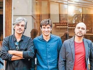 Feras: Tiago Nogueira, da Lider Interiores, entre Pedro Moog e Leonardo Lattavo, da Lattoog Design, dupla que assina alguns dos lançamentos