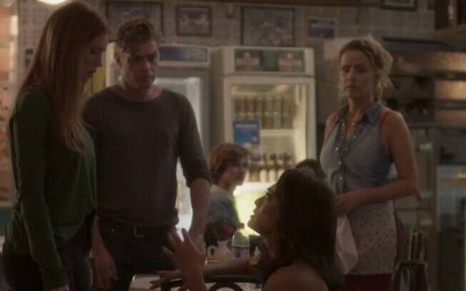 Carol procura Eliza e pede seu perdão novamente, em
