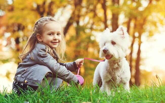 A criança pode assumir algumas responsabilidades nos cuidados com o cachorro, mas sempre com supervisão