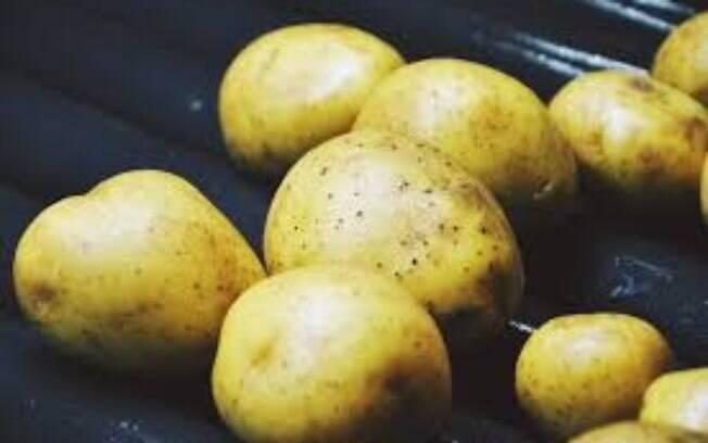 Sempre cozinhe ou frite as batatas antes de servir para o cachorro.