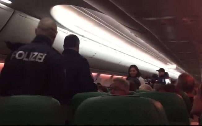 No primeiro caso das histórias bizarras, voo foi interrompido com pouso de emergência após rapaz continuar soltando gases