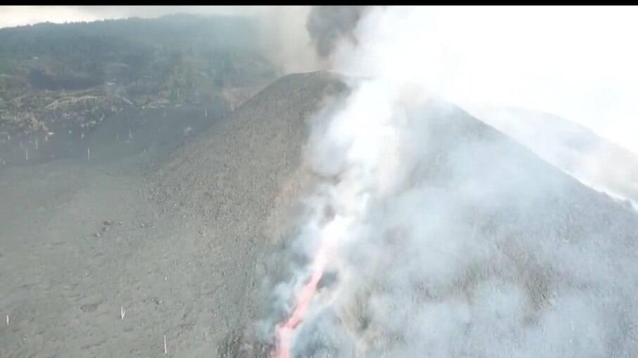 Nuvens cinzas saindo do vulcão Cumbre Vieja