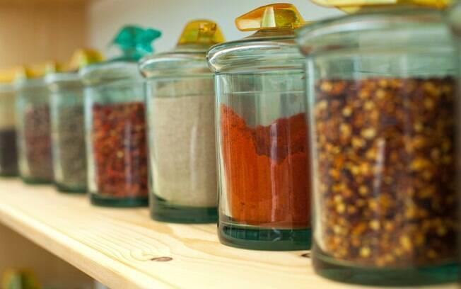 Na hora de saber o que usar e como substituir o sal, apostar em temperos e ervas desidratados é uma ideia prática