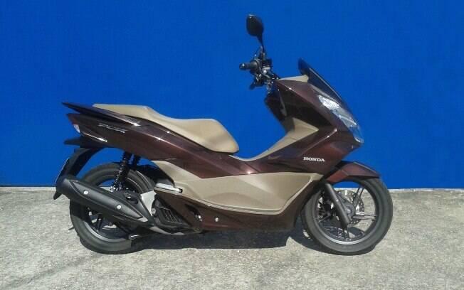 A Honda PCX na versão DLX e sua feliz combinação de dois tons de marrom