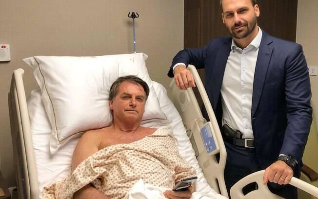 Eduardo Bolsonaro visitou Jair Bolsonaro portando um revólver