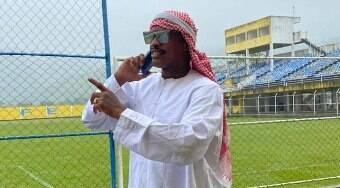 Atacante se veste de sheik e diz que vai comprar clube carioca