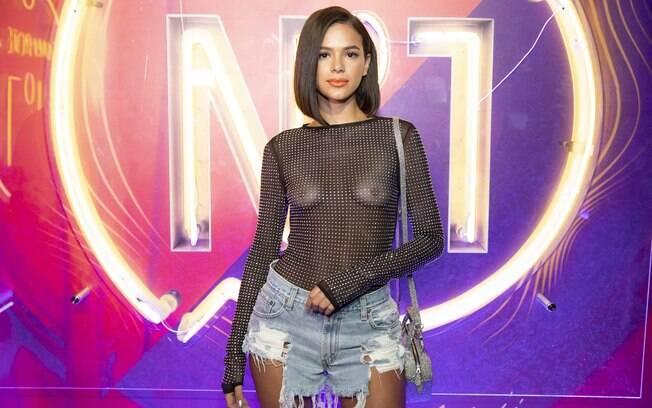 Bruna Marquezine foi atração dos camarotes da Sapucaí e brilhou com look que deixou seios à mostra