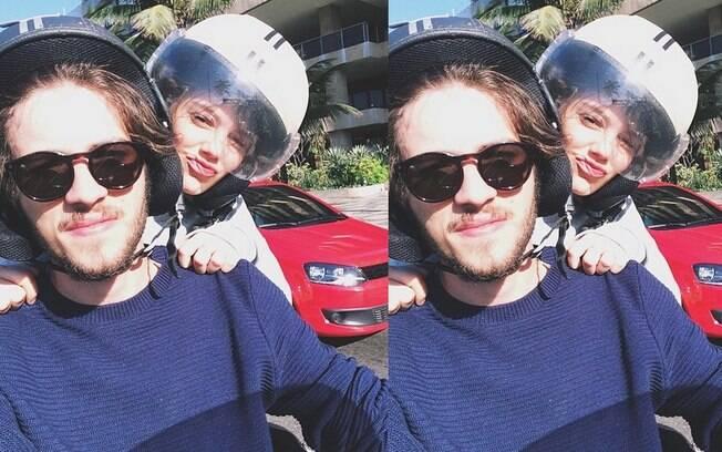 Chay Suede e Laura Neiva andam de moto juntos em foto do Instagram do ator