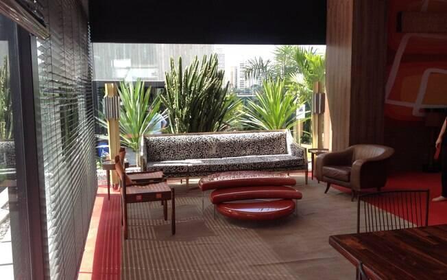 O ambiente assinado pelo designer de interiores baiano Gustavo Jansen privilegia o conforto. O tom Marsala (tendência de 2015) foi harmonizado com detalhe madeirados