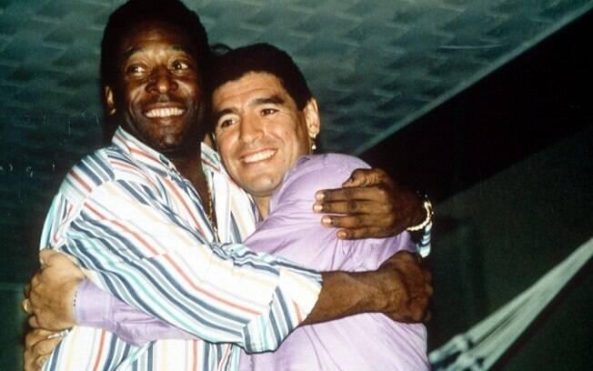 Maradona e Pelé, ídolos do futebol argentino e brasileiro, respectivamente