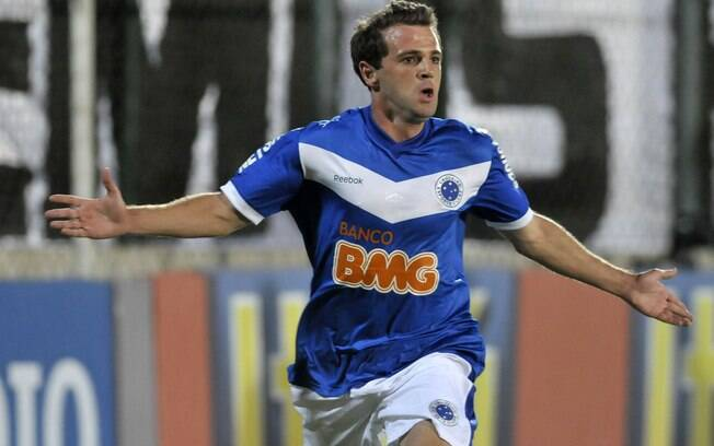 Montillo, ex-Cruzeiro, volta a jogar um ano após anunciar aposentadoria