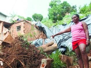 Drama. Maria Geralda mostra o que sobrou de sua casa enquanto aguarda solução