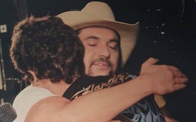 Edson e Hudson se abraçando