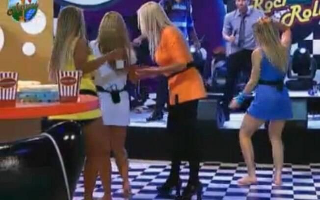 Monique e Valesca conseguem levar Raquel para o banheiro