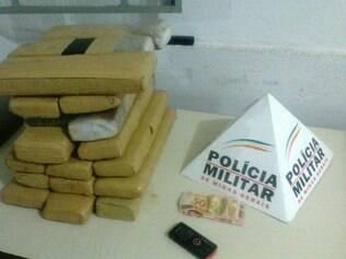 Drogas estavam escondidas dentro de um saco de ração