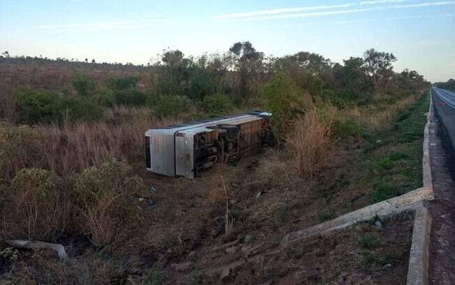 Ônibus saiu da pista e tombou após bater em motos
