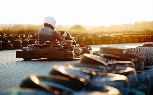 Uma competição saudável entre casal pode ser super divertida! Que tal então ir a uma pista de kart?