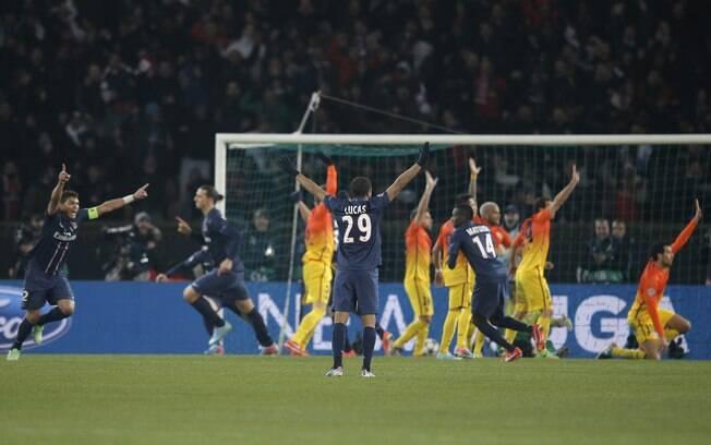 Jogadores do PSG comemoram gol do Ibrahimovic  diante do Barcelona