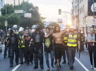Manifestantes são detidos em manifestação do MPL contra o aumento da tarifa em São Paulo