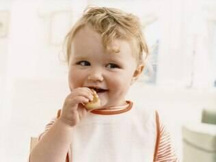 Comer com as mãos pode influenciar em  hábitos alimentares mais saudáveis