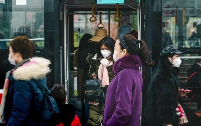 População chinesa se prevenindo contra o coronavírus.