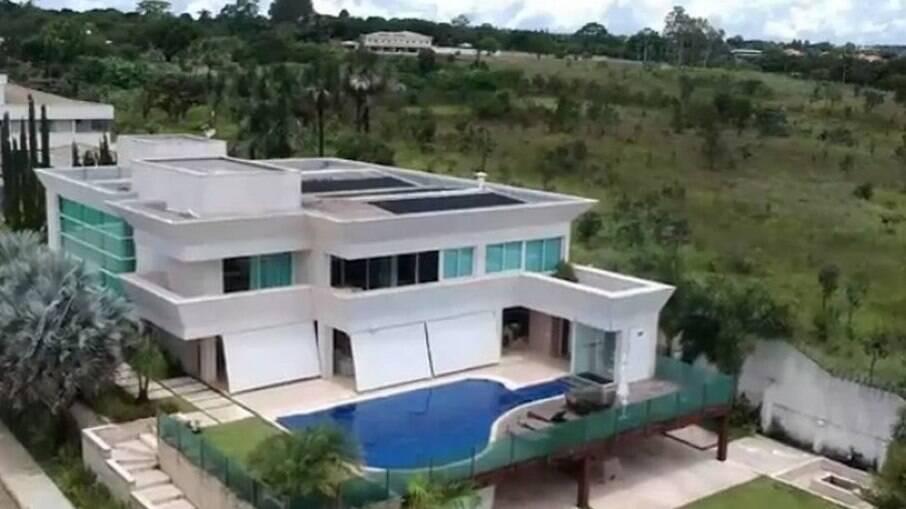 Mansão comprada por Flávio Bolsonaro em Brasília