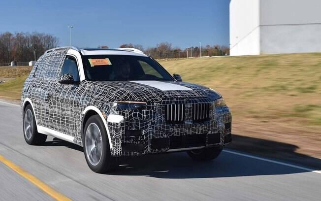 BMW X7 roda em testes, ainda camuflado, nos arredores da fábrica da marca nos Estados Unidos