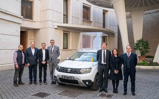 O novo papamóvel feito a partir do Duster é entregue por executivos da Dacia e da Renault no Vaticano