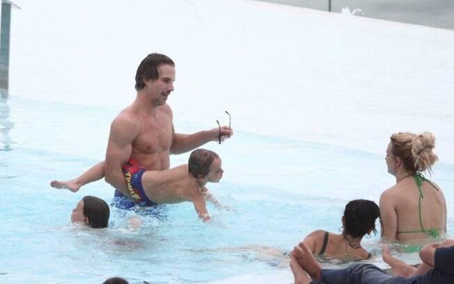 Jason Trawick, namorado de Britney Spears, brinca com os filhos da cantora, assistido pela própria