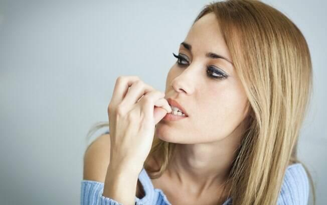 Roer as lâminas deixa as unhas fracas. Tente abandonar esse hábito!