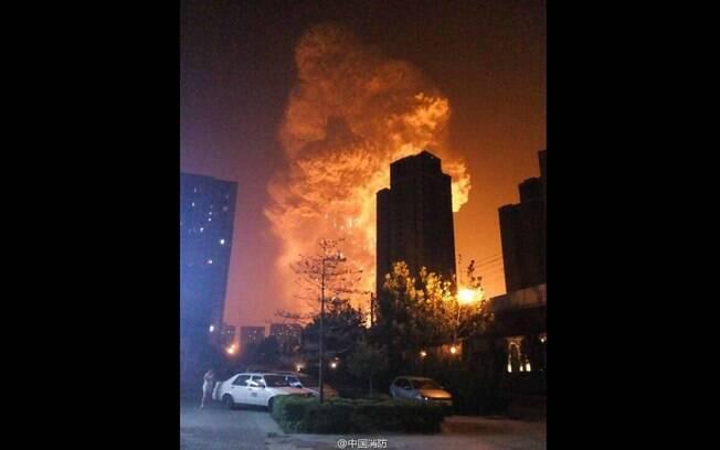 Bolas de fogo foram fotografadas por moradores de Tiajin, China, após explosões (12/08). Foto: Reprodução/Twitter