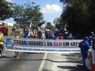 Manifestantes impedem entrada e saída de caminhões do Aterro Sanitário Municipal na manhã desta quarta-feira (21)