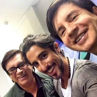 Marcos Mion faz uma 'selfie' com Chitãozinho e Xororó