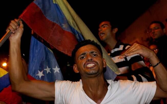 Partidário do presidente Hugo Chávez expressa dor pela morte do líder venezuelano em frente ao hospital militar em Caracas (05/03)
