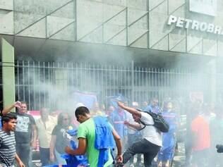 Bolso.   Trabalhadores da Alumini, prestadora de serviço da Petrobras, protestam contra atrasos nos salários