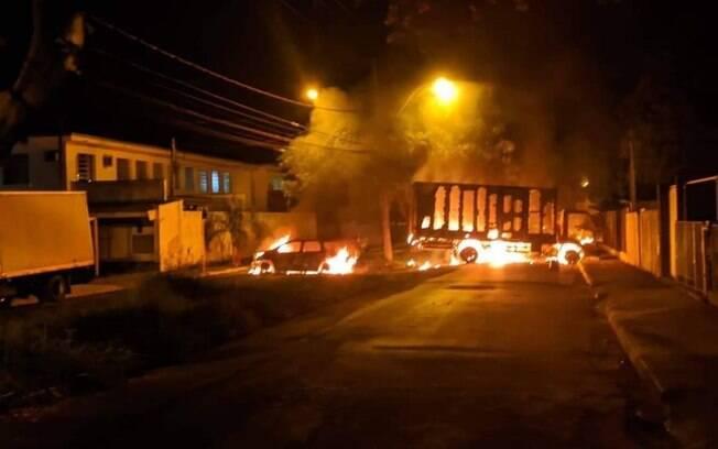 Bandidos trocaram tiros com a polícia, queimaram veículos e levaram terror à cidade