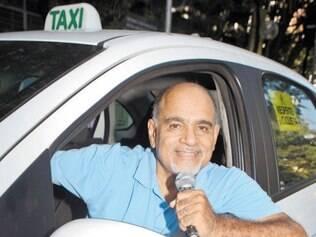 A venda dos CDs de Zantôni acontece dentro do táxi, direto aos passageiros