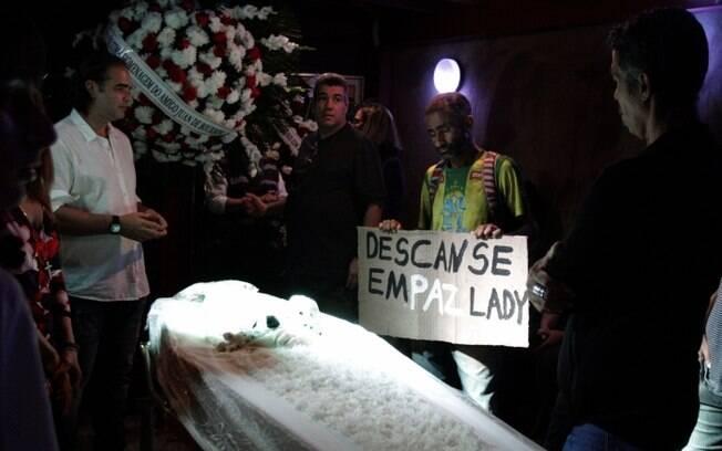Velório de Lady Francisco: a atriz foi velada no Teatro Leblon, na sala Fernanda Montenegro. Na foto, amigos e parentes