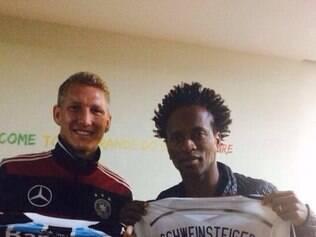 Jogador recebeu o presente do meia Zé Roberto, com quem jogou no Bayern de Munique