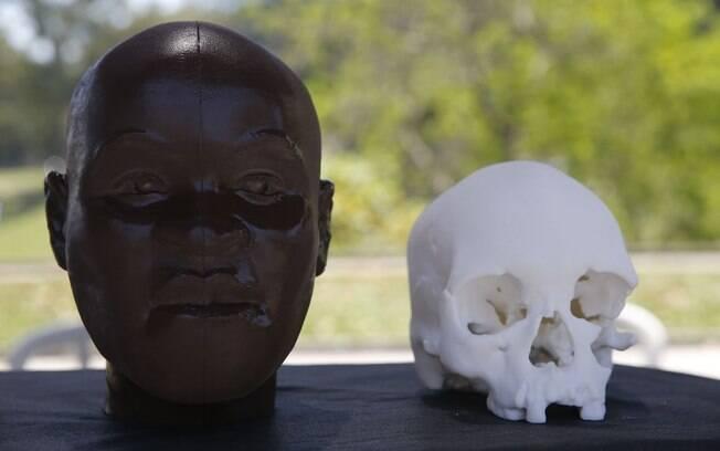Crânio de Luzia estava exposto no museu carioca ao lado do busto com suas feições feito por Neave