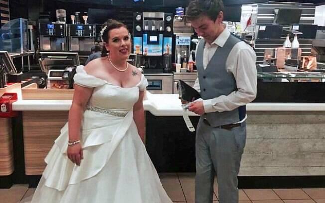 Noivos não conseguem comer em casamento e terminam a noite em rede de fast food