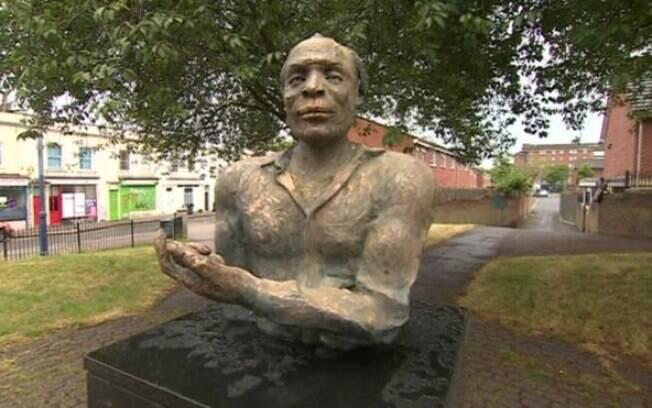 Busto de Alfred Fagon foi atacado com alvejante, ainda não se sabe se o monumento será recuperado.