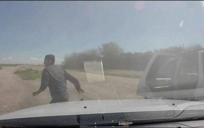 Suspeitos jogam tijolos de maconha na estrada em perseguição nos EUA