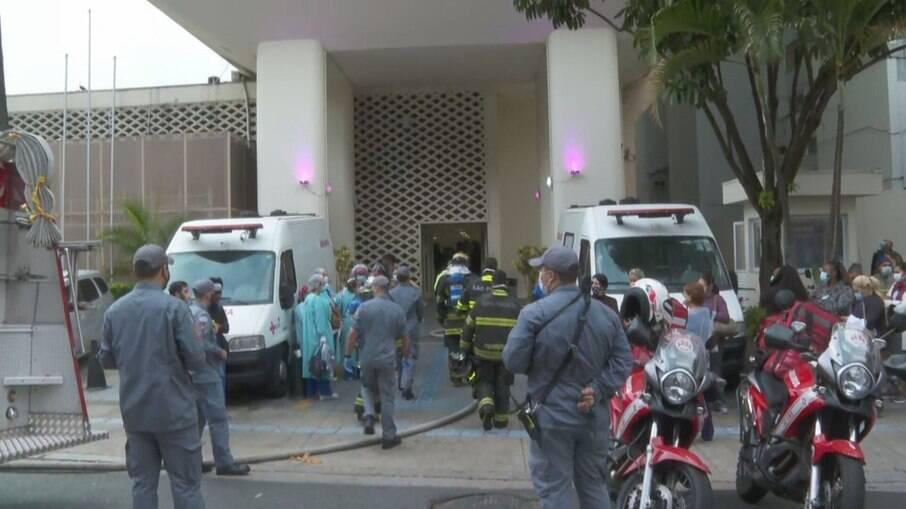 Bombeiros controlam incêndio em hospital de SP