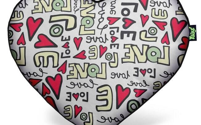 almofada de pelúcia em formato de coração custa R$ 59,90