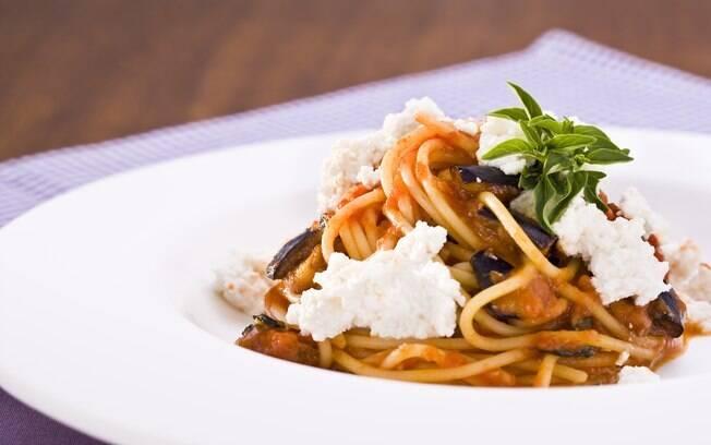 A ricota e a berinjela dão um toque especial ao espaguete; clique aqui e veja a receita completa
