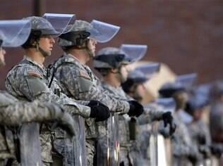 Policiais foram baleados durante protesto em Ferguson, em St. Louis, nos Estados Unidos
