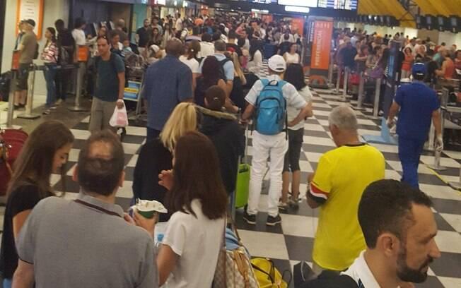 Em nota, Latam informou que passageiros com reservas de voos para sábado ou domingo terão três opções disponíveis