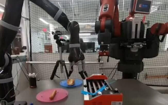 Robô consegue fazer e servir cachorro-quente